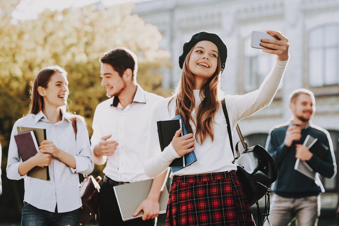 Stylizacje do szkoły i na uczelnię. Zainspiruj się trendsetterkami i serialami