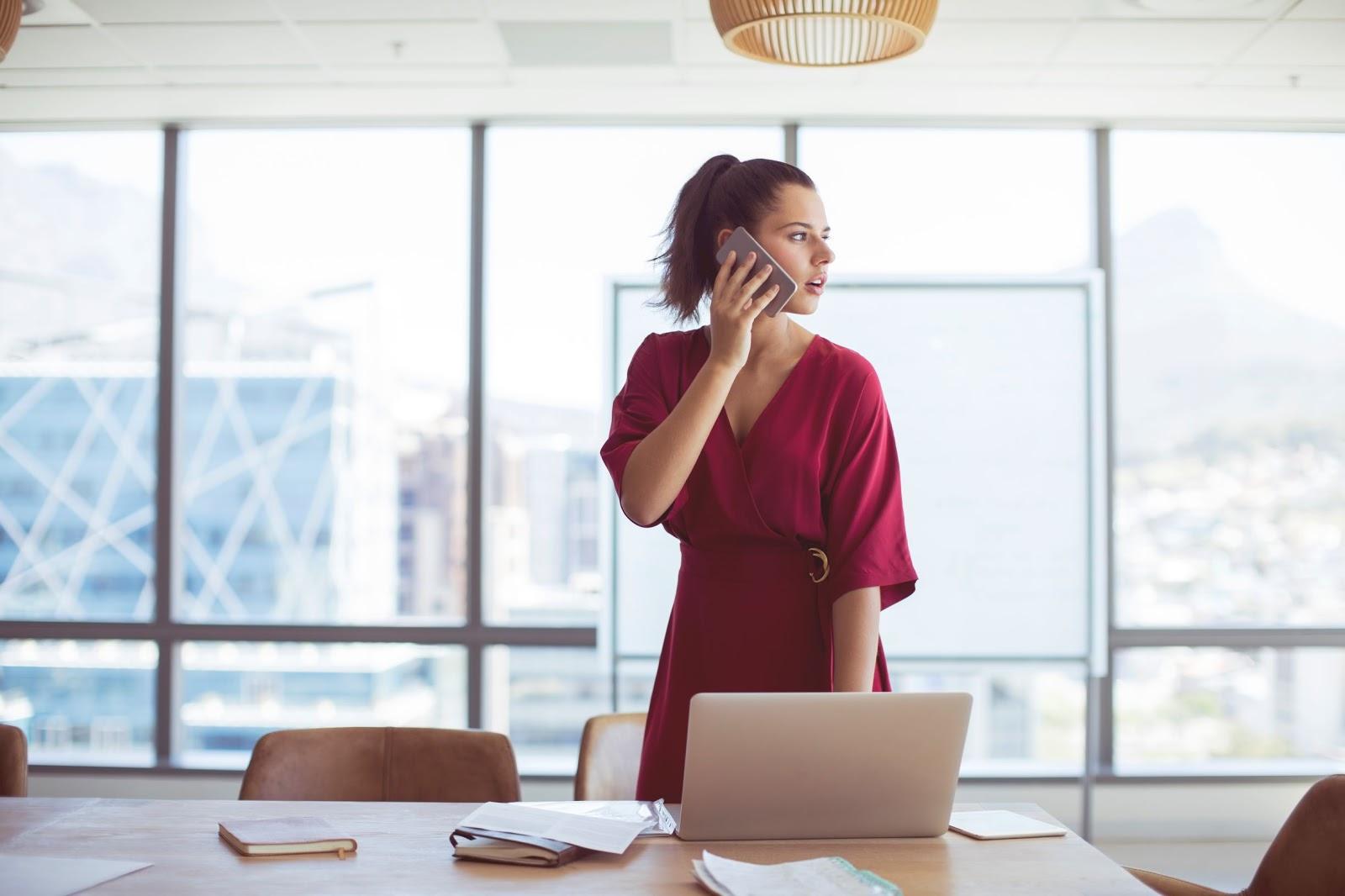 Sukienki jesienne do pracy, czyli jak przemycić trendy do biurowego dress code'u